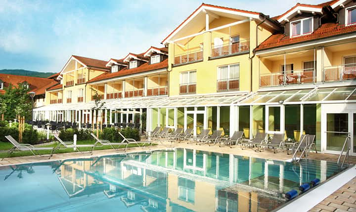 Hotelbild Außenansicht mit Pool