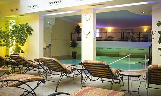 Gelb beleuchteter Ruhebereich mit indoor Pool undLiegen
