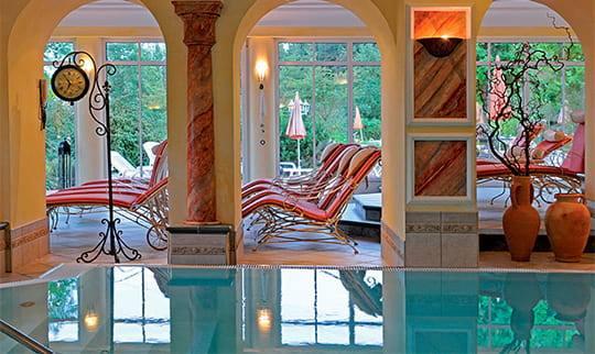 Pool mit Blick auf Ruheliegen und Garten