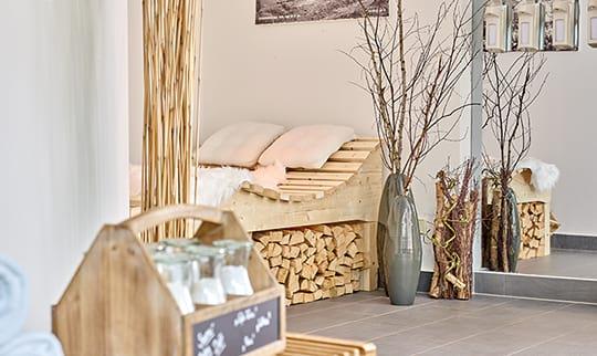 Bett aus Holz im Saunabereich