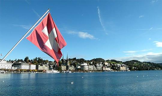Die Schweizer Flagge weht am Wasser