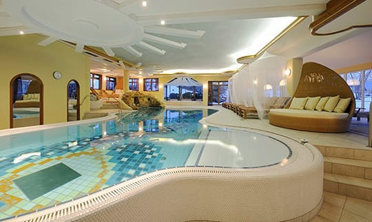 Entspannugnsbereich mit Pool, Liegen und Betten
