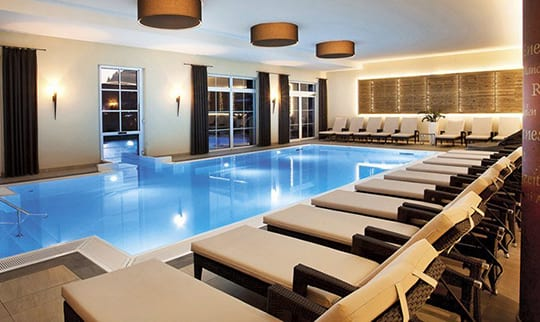 Großer Indoor Pool mit Liegen