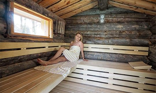Frau erholt sich in Sauna
