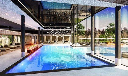 Hell beleuchtetes Indoor Schwimmbad