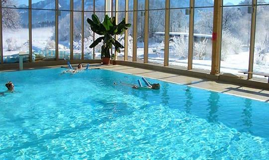 Mehrere Menschen bei Aqua Gymnastik im Hallenbad