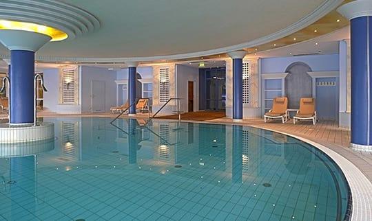 Rundes Schwimmbecken mit tiefblauem Wasser