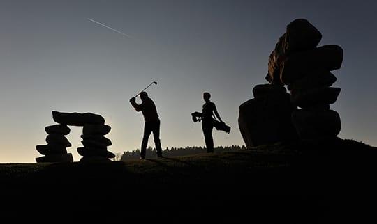 Zwei Golfspieler in Bayern beim Abschlag
